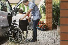 Se o seu familiar precisa de um transporte regular a um tratamento ou atividade ou se apenas quer que ele saia mais de casa, contacte-nos!